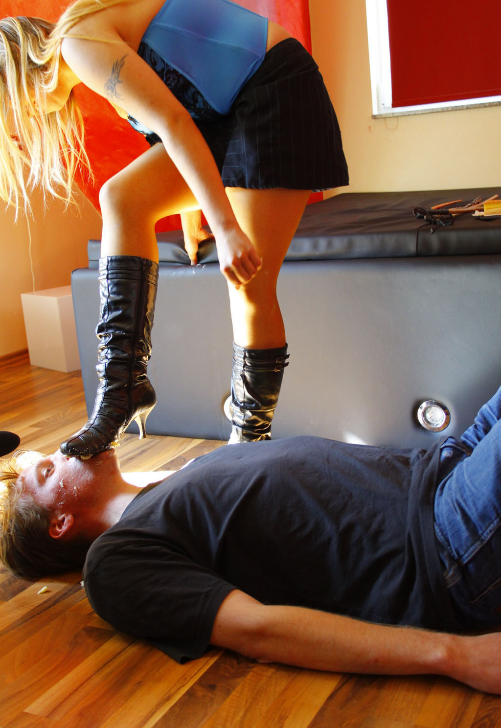 Lick the sole of her boot